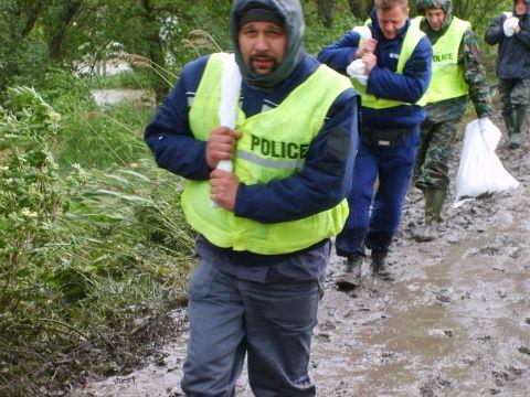 Rendőrök dolgoztak a gáton… (Mány - Fejér megye)