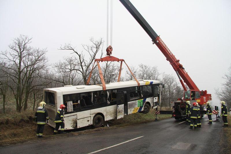 Az autóbuszt a katasztrófavédelem daruval emelte ki az árokból