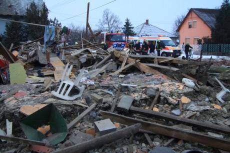 Robbanás egy családi házban Pusztaszabolcson - Fotók, videó
